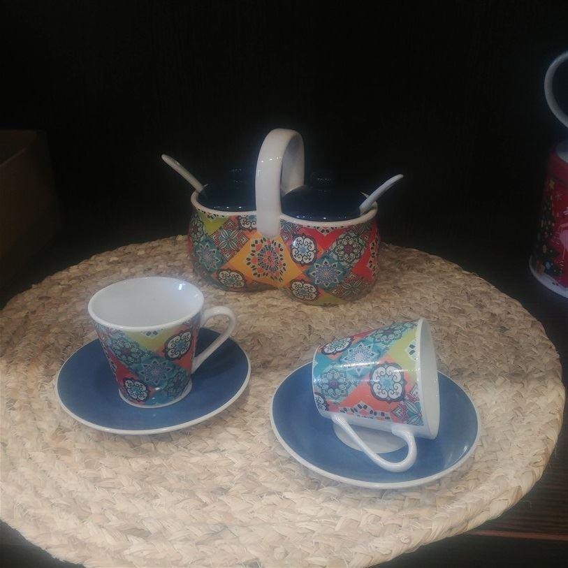 Pocillo de café y plato mosaico de colores